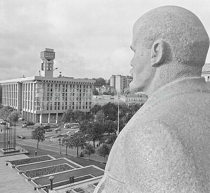 """Vladimir Lenin. Detail of the monument """"in honor of the 1917 revolution,"""" on the main square of Kiev"""