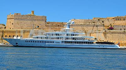Walk and rest on all types of ships, motor ships and yachts.
