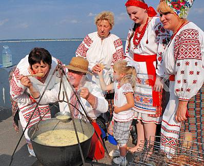 Woman tries the readiness of the Ukrainian national dishes - gruel