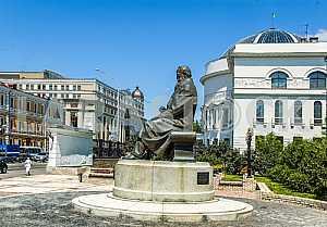 Памятник Михаилу Грушевскому на улице Владимирской в Киеве
