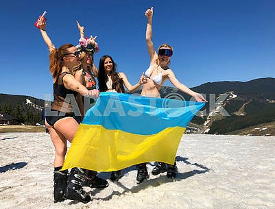 Skiers with the flag of Ukraine