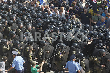 Opponents of changes to Ukrainian Constitution clash with police in front of Ukrainian Parliament in Kiev