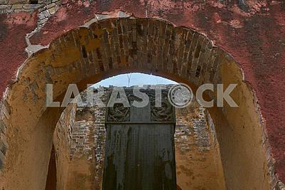 Вход в древний кунг фу монастырь на вершине горы.