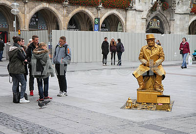 Living sculpture in the Marienplatz square