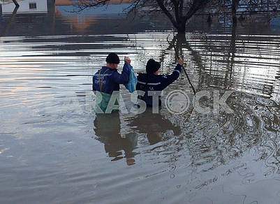 Rescuers measure the level of high water
