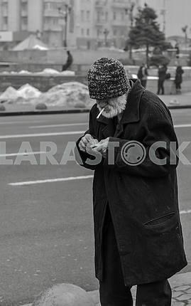 Santa podkurivaet cigarette