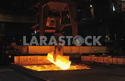 The heated steel pigs the crane from takes out furnaces