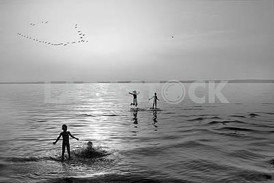 Дети купаются на мелководье