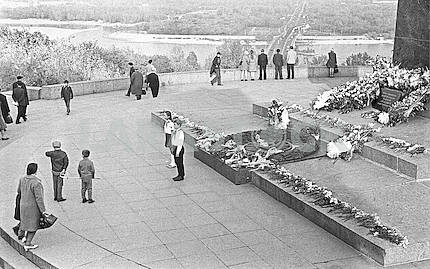 Kiev. According to the Soviet tradition at a monument to the Unknown Soldier in the Park of Glory at the Eternal Flame stood guard of honor of the pioneers of the Kiev schools.