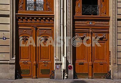 Двоє старих французьких дверей
