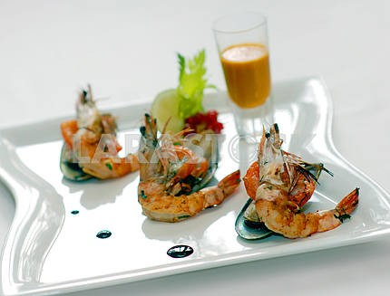 Shrimps and mussels with sauce
