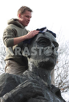 Students wash the monument to Grigory Skovoroda