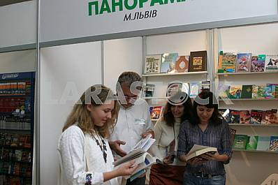 Customers choose books to publishers forum