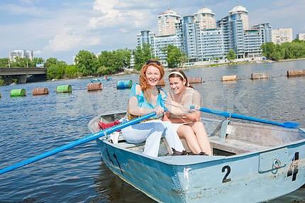Мама и дочь в лодке расслабиться