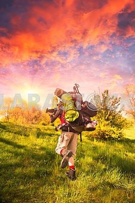 огромный новичок рюкзак в горах