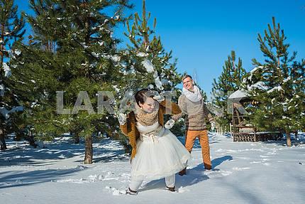 Свадебная пара в зыбком сухом дне, гуляя, веселясь за сосной. Короткое свадебное платье в деревенском стиле. Девушка брюнетка. прекрасная невеста