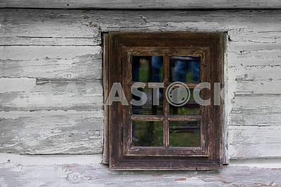 Старинное деревянное окно старого деревянного дома. Фон деревянный
