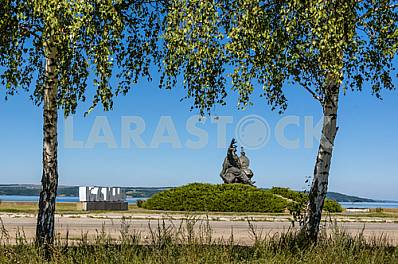 Bandurist monument at the entrance to Kanev. View from afar
