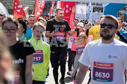 Participants of the race and Vitali Klitschko