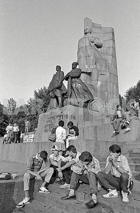 Protests in Kiev on October Revolution Square near the monument to Lenin in the summer of 1991