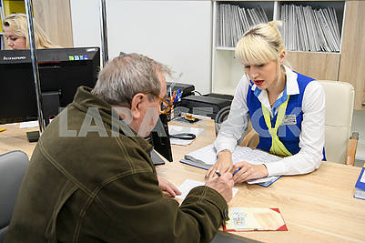 An employee of the Center for Social Services communicates with the visitor