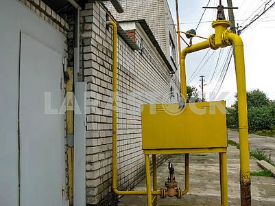 Газораспределительная коробка и газопровод с клапанами на улице