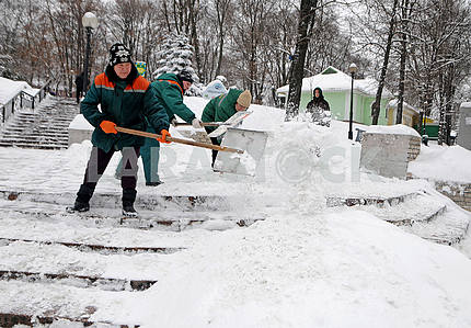 Shevchenko Park. People are cleaning the snow