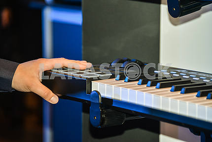 Hand on the remote polyphonic Keyboard