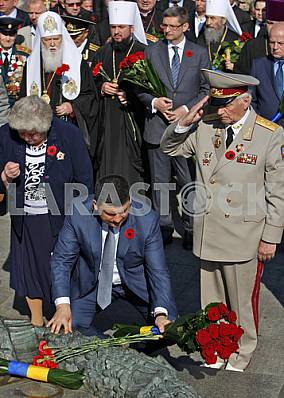 Petro Poroshenko lay flowers at the Tomb of the Unknown Soldier
