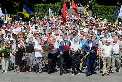Participants in the ceremony of laying flowers